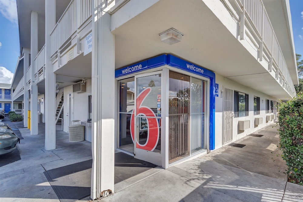 Property Entrance, Motel 6 Santa Rosa, CA - South