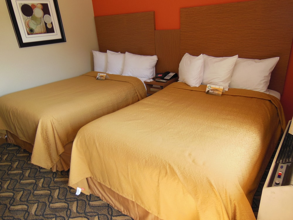 Room, Days Inn & Suites by Wyndham Arlington Near Six Flags