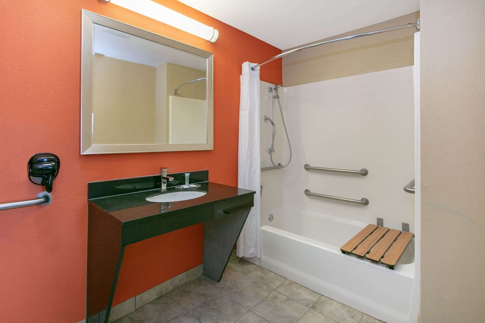 Bathroom, Days Inn & Suites by Wyndham Arlington Near Six Flags