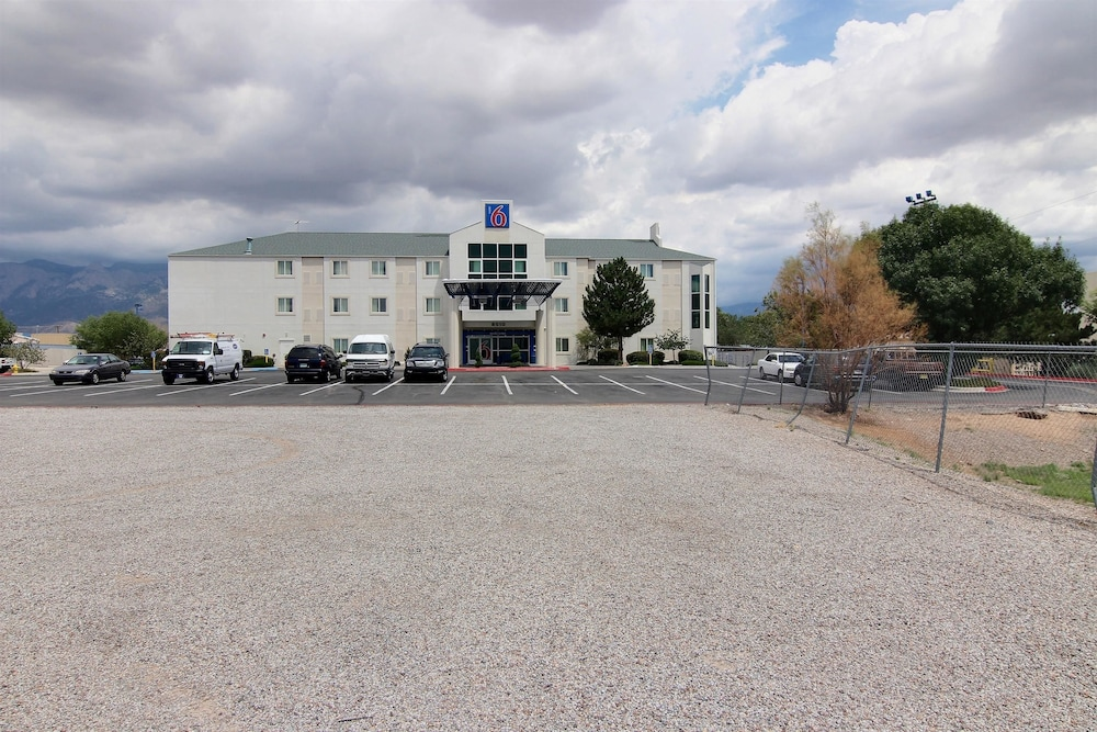 Front of Property, Motel 6 Albuquerque, NM - North