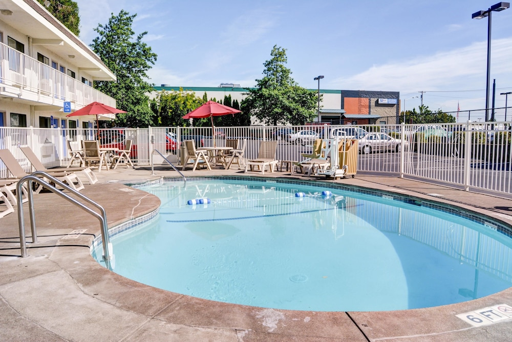 Pool, Motel 6 Salem, OR