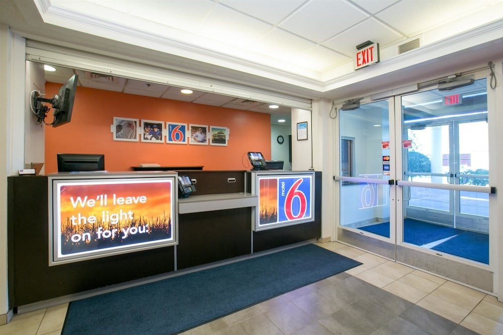 Lobby, Motel 6 Brooklyn Center, MN - Minneapolis