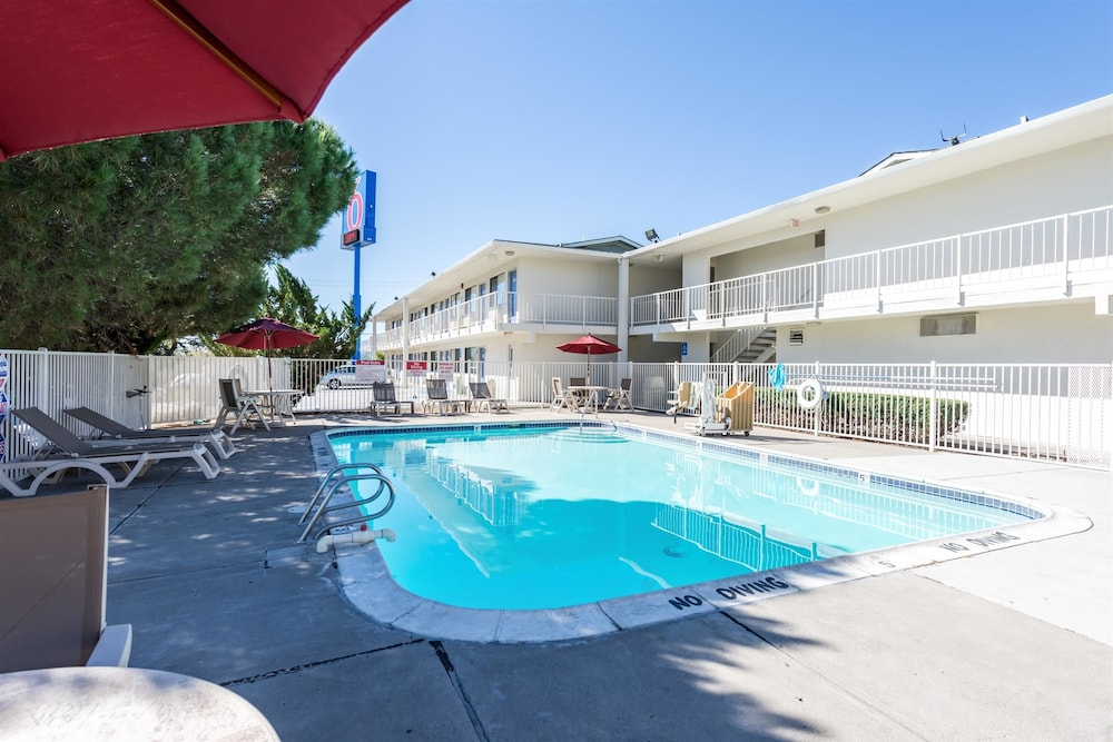 Outdoor Pool, Motel 6 Reno, NV - West
