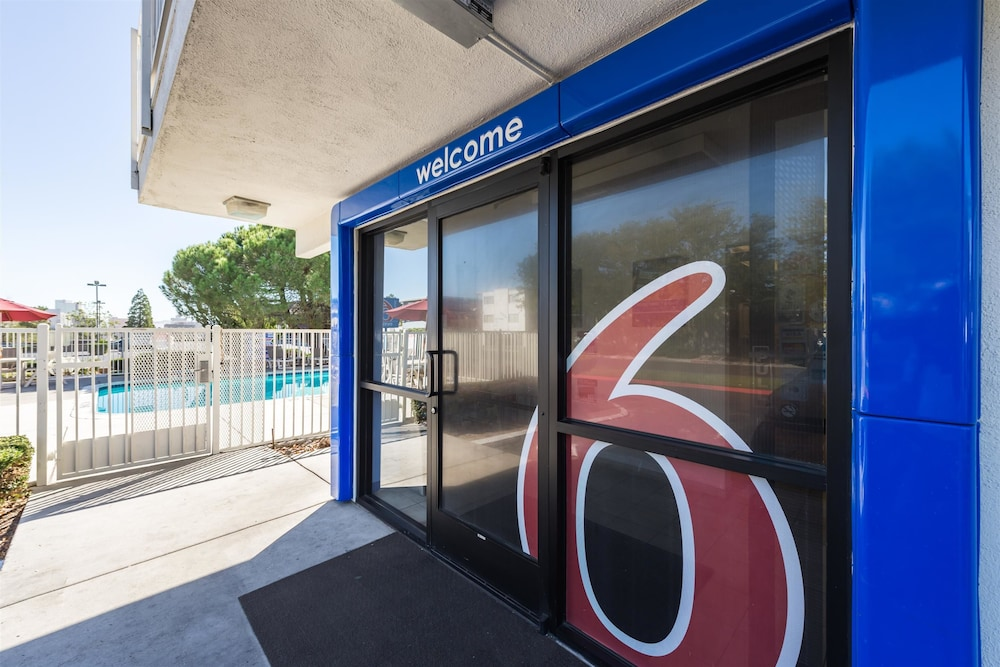 Property Entrance, Motel 6 Reno, NV - West