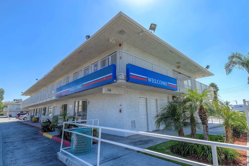 Property Entrance, Motel 6 San Bernardino, CA - South