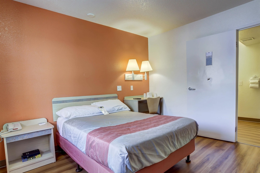 Room, Motel 6 Grants Pass, OR
