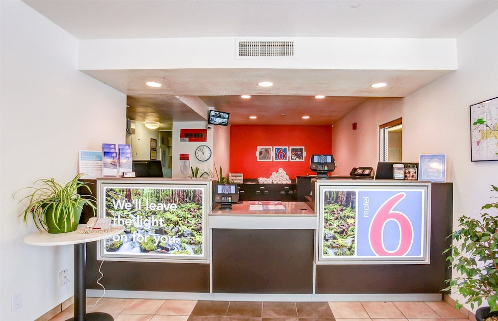 Lobby, Motel 6 Grants Pass, OR