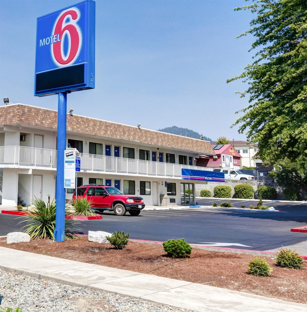 Front of Property, Motel 6 Grants Pass, OR