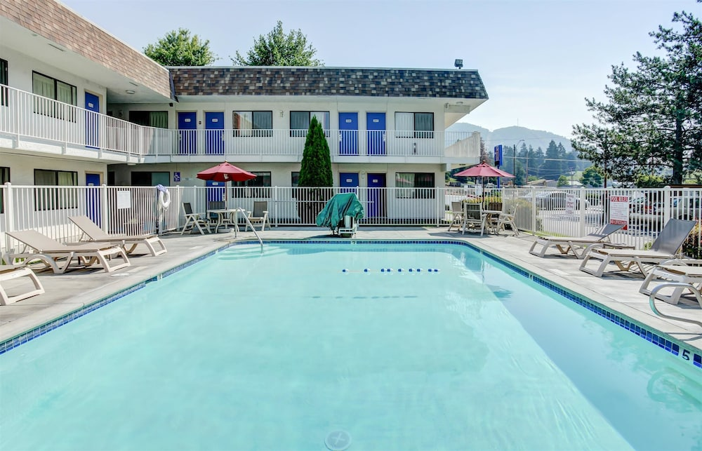 Pool, Motel 6 Grants Pass, OR