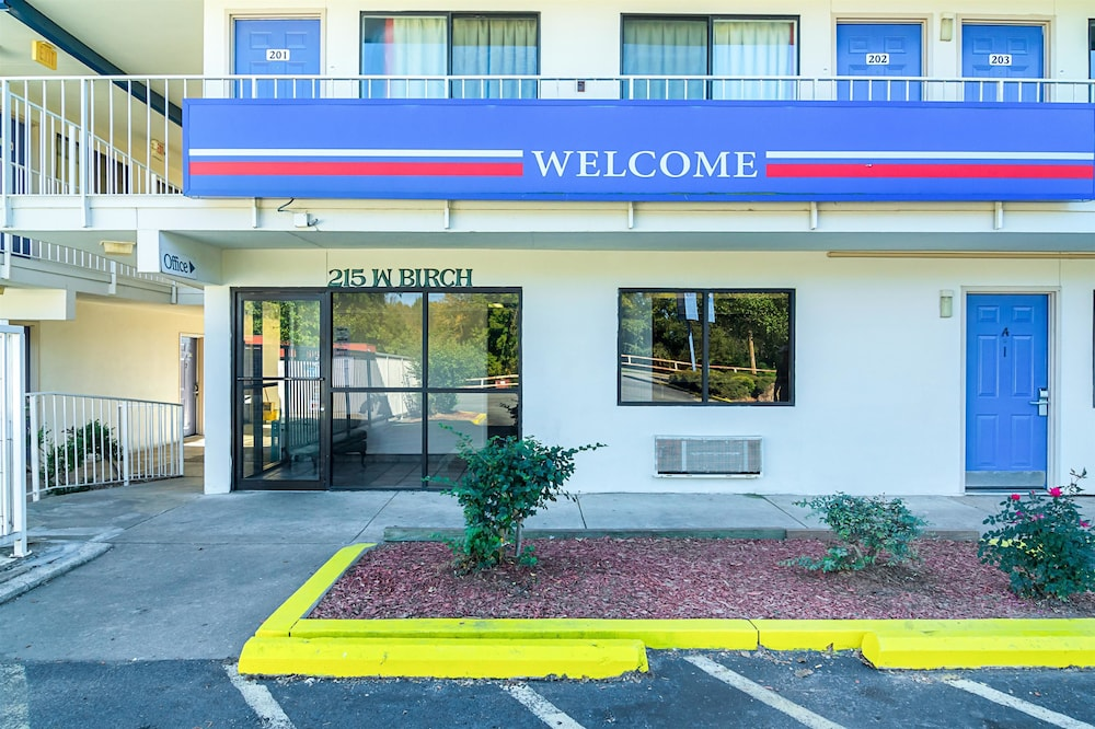 Front of Property, Motel 6 Russellville, AR