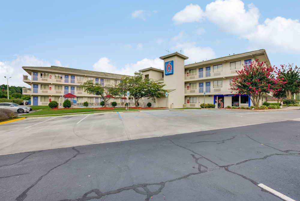 Book the Motel 6 Columbia West - Situated in Columbia, this motel is mi ( km) from Three Rivers Greenway and mi ( km) from South Carolina Law Enforcement Officers Hall of Fame. Harbison State Forest and Frankie's Fun Park are also within 6 mi (10 km)/5().