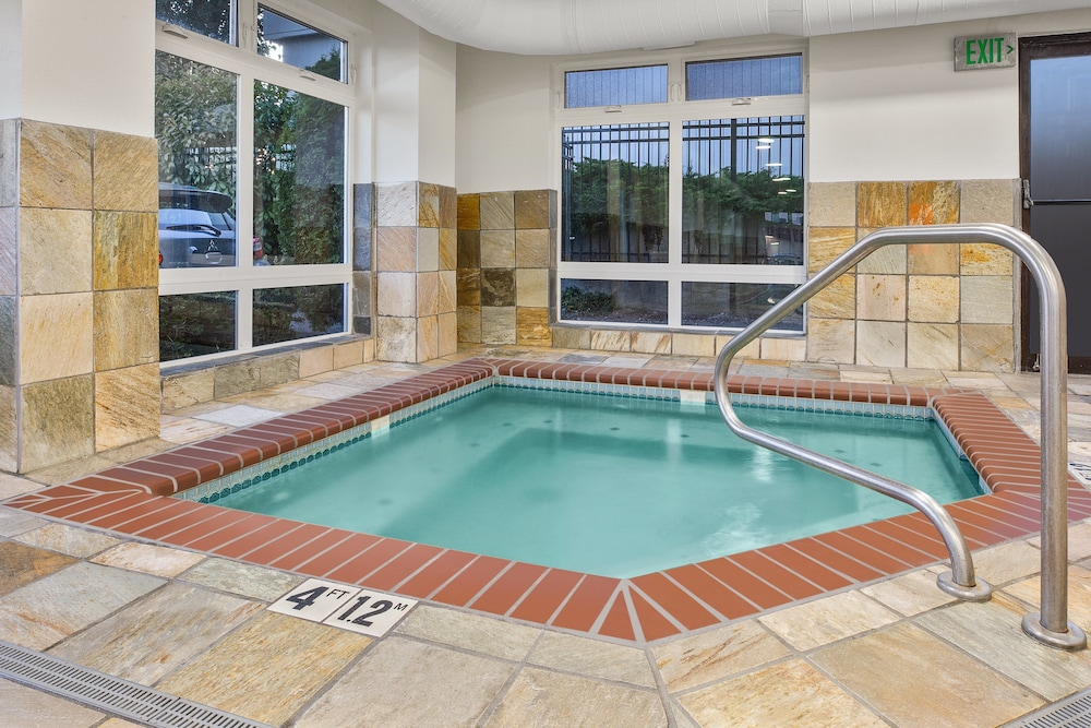 Pool, Holiday Inn Express & Suites Tacoma