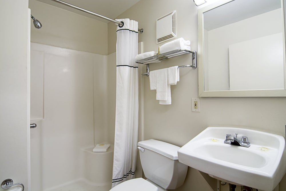 Bathroom, HomeTowne Studios by Red Roof Chicago - Waukegan