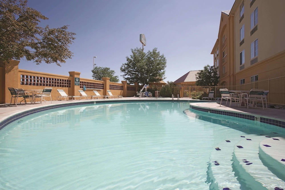 Pool, La Quinta Inn & Suites by Wyndham Pueblo