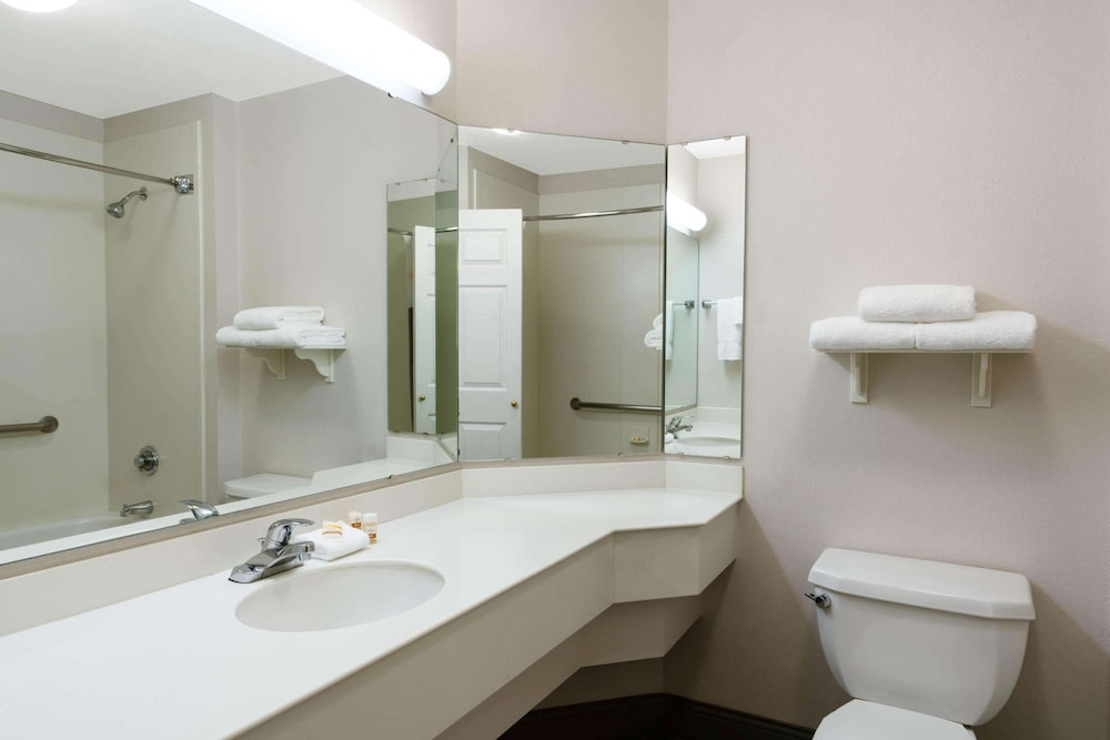 Bathroom, La Quinta Inn & Suites by Wyndham Pueblo