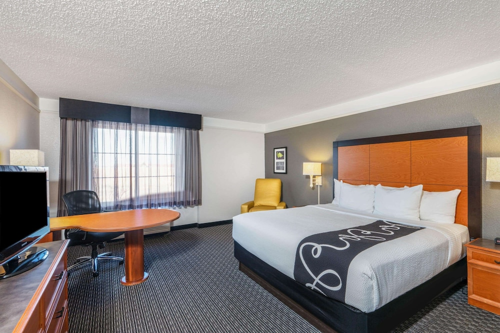 Room, La Quinta Inn & Suites by Wyndham Pueblo