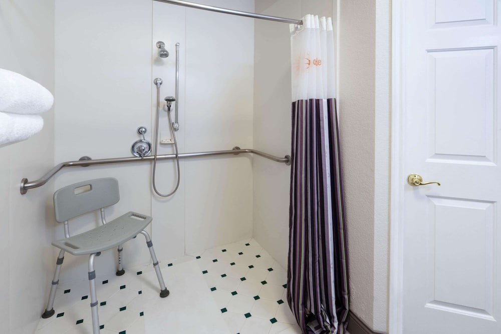 Bathroom Shower, La Quinta Inn & Suites by Wyndham Pueblo