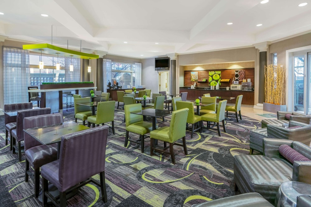 Breakfast Area, La Quinta Inn & Suites by Wyndham Pueblo