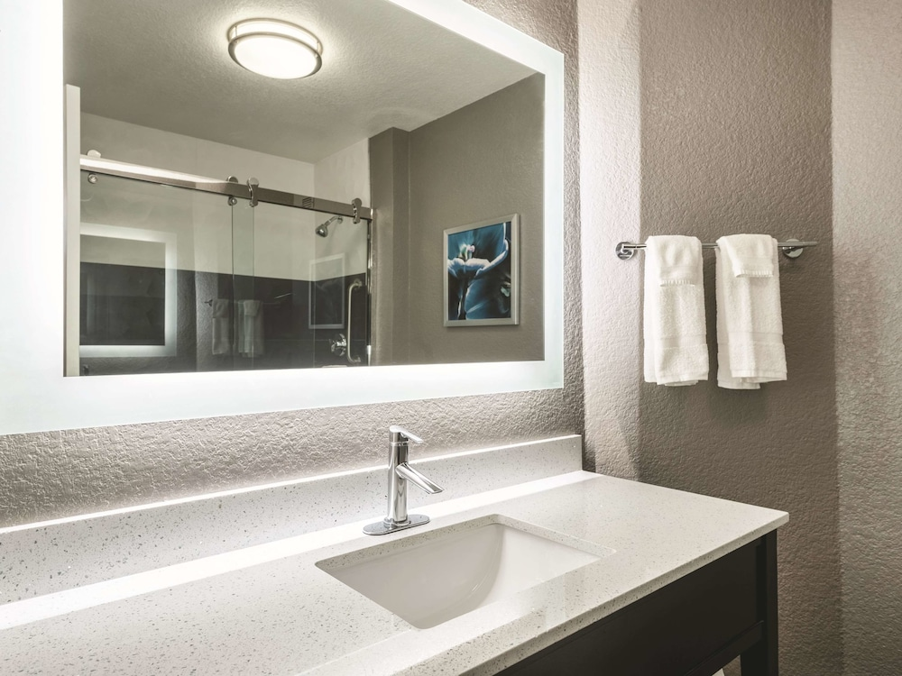 Bathroom, La Quinta Inn & Suites by Wyndham Orlando Lake Mary