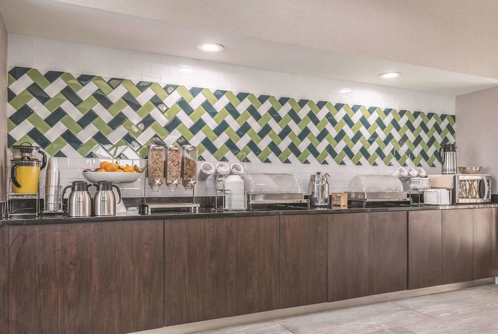 Breakfast Area, La Quinta Inn & Suites by Wyndham Orlando Lake Mary
