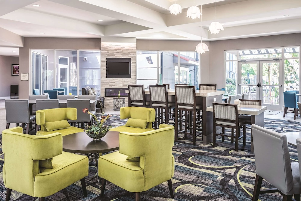Dining, La Quinta Inn & Suites by Wyndham Orlando Lake Mary