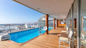 Una piscina cubierta (de 9:30 a 21:30), tumbonas