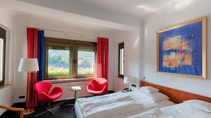 Minibar, värdeförvaringsskåp på rummet, unika möbler och skrivbord