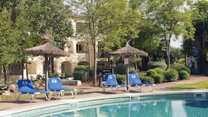 7 outdoor pools, pool umbrellas, sun loungers