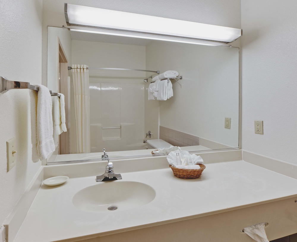 Bathroom, Baymont by Wyndham Killeen/Fort Hood