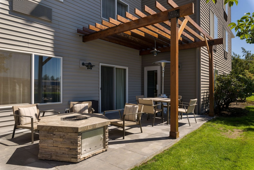 Terrace/Patio, Country Inn & Suites by Radisson, Portland International Airport, OR