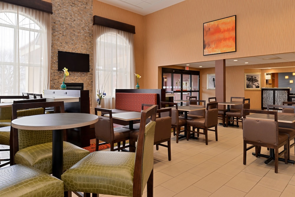 Dining, Holiday Inn Express & Suites Cincinnati-N/Sharonville, an IHG Hotel
