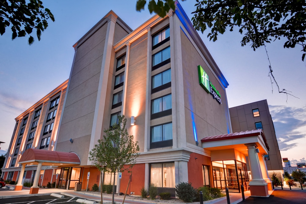Front of Property - Evening/Night, Holiday Inn Express Boston