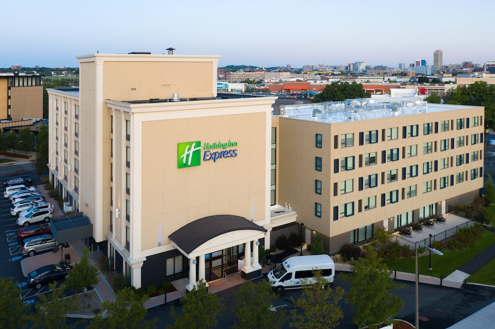 Exterior, Holiday Inn Express Boston