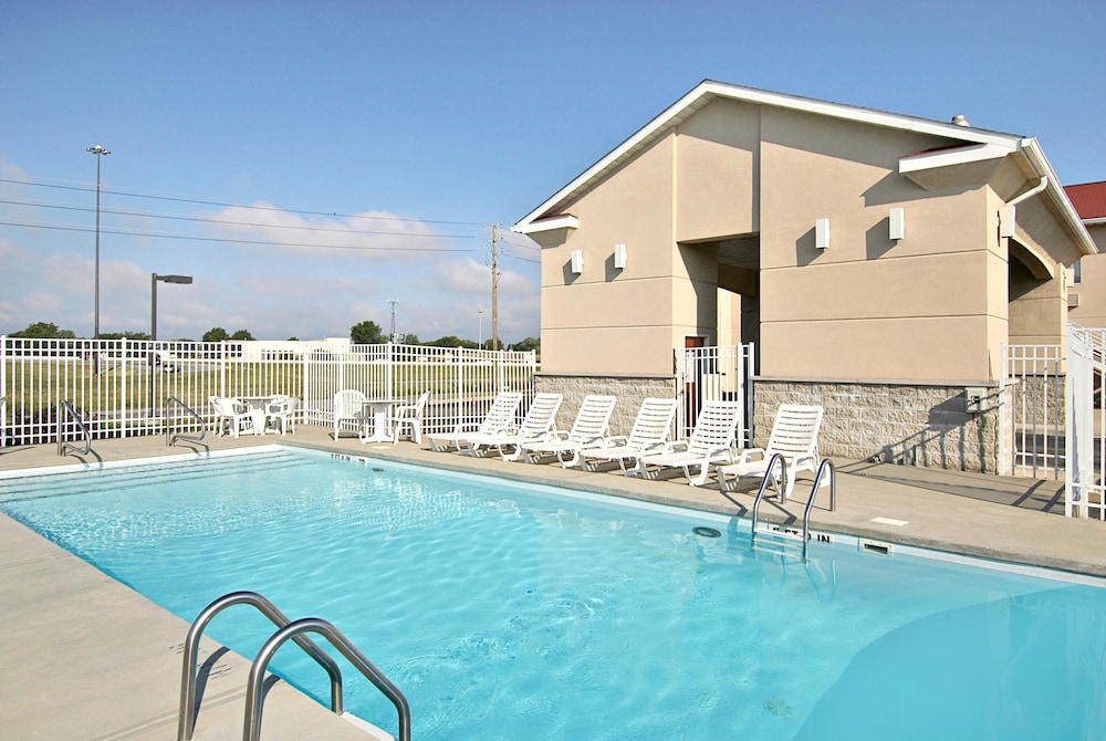 Pool, Super 8 by Wyndham Indianapolis/NE/Castleton Area