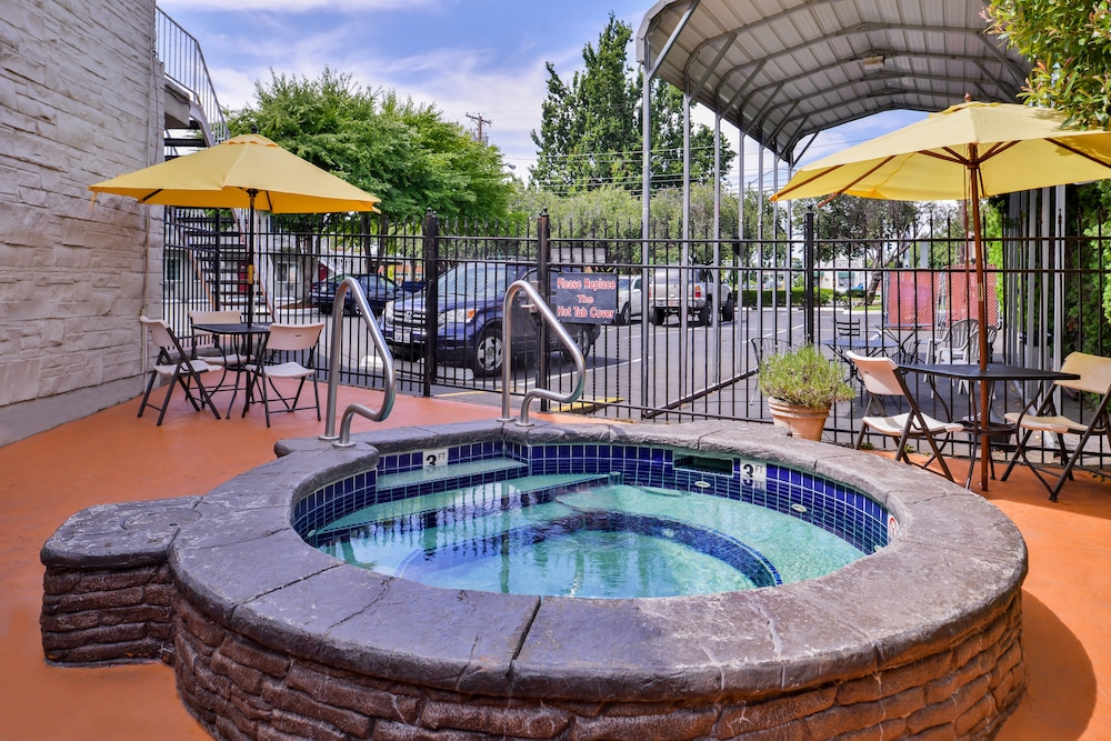 Outdoor Spa Tub, Campus Inn & Suites Eugene Downtown