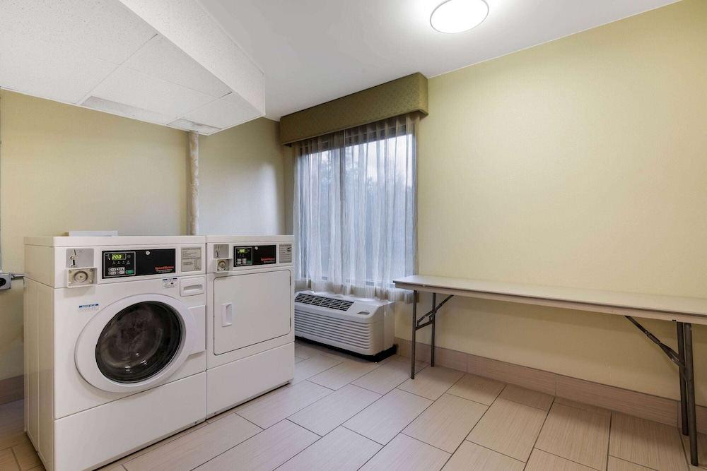 Laundry Room, La Quinta Inn & Suites by Wyndham LaGrange / I-85