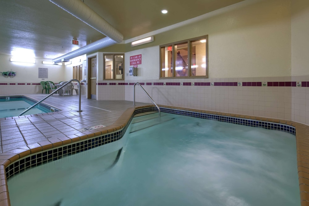 Spa, Country Inn & Suites by Radisson, Forest Lake, MN