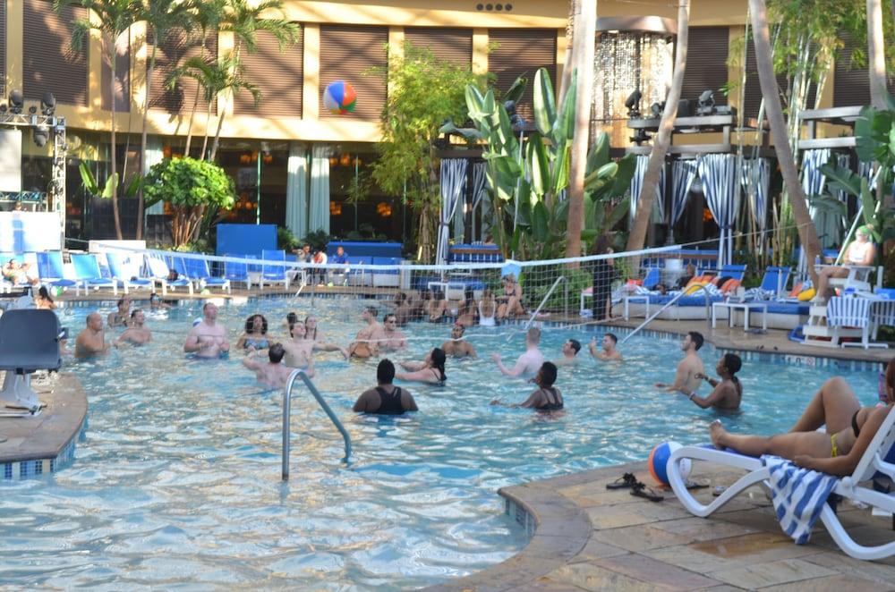 Harrah 39 s resort atlantic city in atlantic city hotel for Borgata outdoor pool
