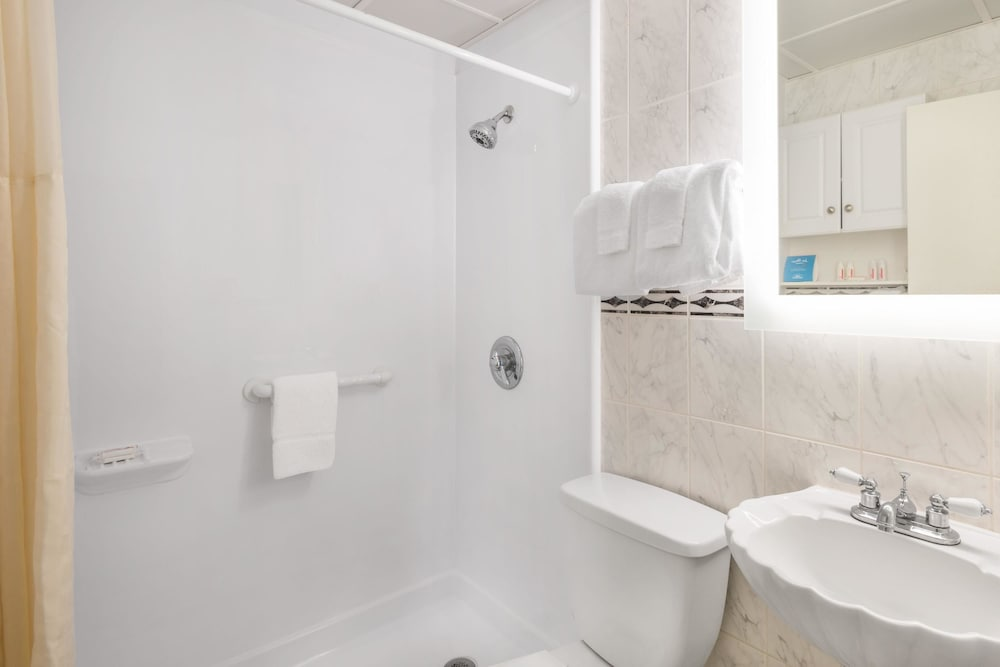 Bathroom, Howard Johnson by Wyndham Ocean City Oceanfront