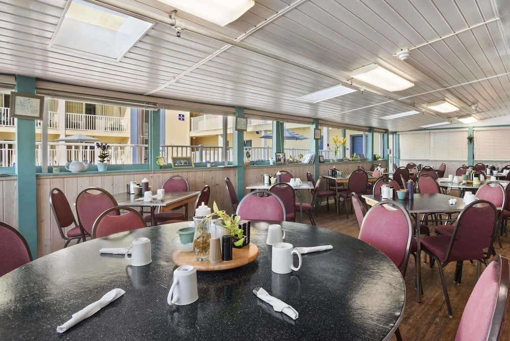 Breakfast Area, Howard Johnson by Wyndham Ocean City Oceanfront