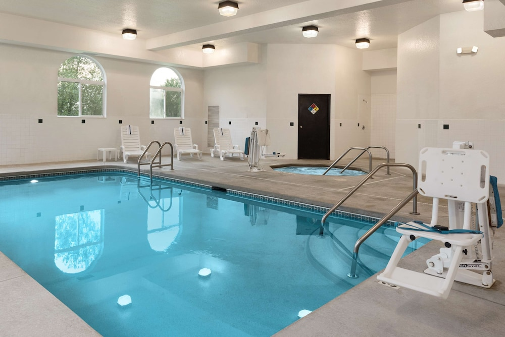 Indoor Pool, Country Inn & Suites by Radisson, Cedar Rapids Airport, IA