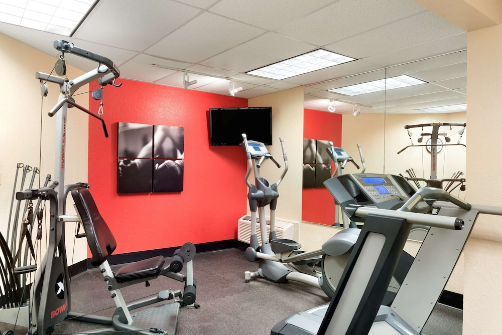 Fitness Facility, Country Inn & Suites by Radisson, Cedar Rapids Airport, IA