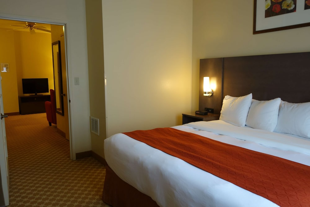 Room, Country Inn & Suites by Radisson, Clinton, IA