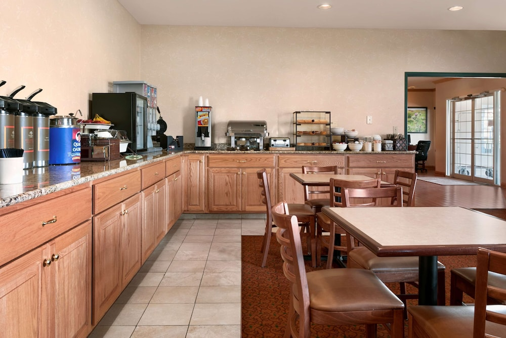 Breakfast Area, Country Inn & Suites by Radisson, Clinton, IA