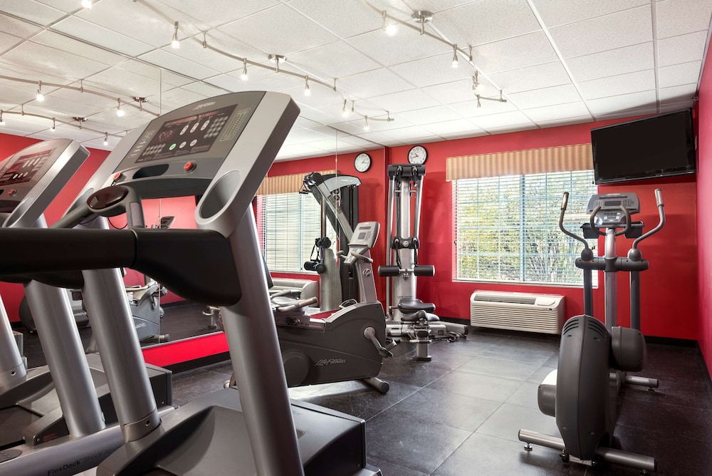 Fitness Facility, Country Inn & Suites by Radisson, Clinton, IA