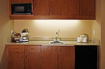 Private Kitchenette, Comfort Inn Benson near Kartchner Caverns
