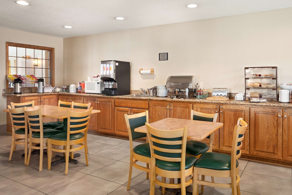 Breakfast Area, Country Inn & Suites by Radisson, Fort Dodge, IA