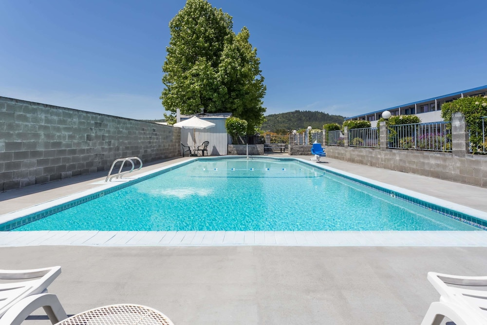 Pool, Travelodge by Wyndham Grants Pass