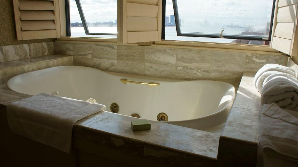 roberts riverwalk urban resort hotel detroit 2019 room. Black Bedroom Furniture Sets. Home Design Ideas