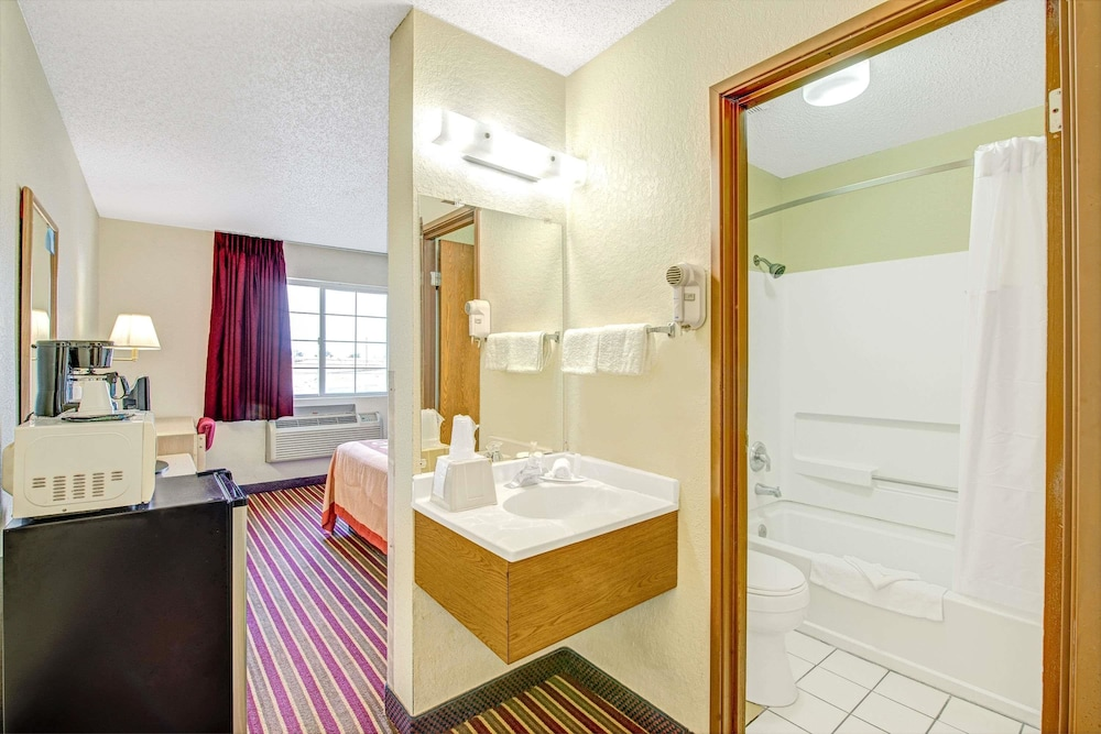 Bathroom, Super 8 by Wyndham San Antonio/Fiesta